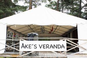 En av gästerna, Åke, har byggt en veranda. Där var det kräftskiva i somras.