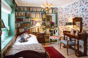 Kombinerat bibliotek och gästrum.