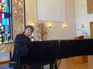Chris O'Berg är en fena på pianot och spelade 18 önskelåtar utan noter och texthäften.