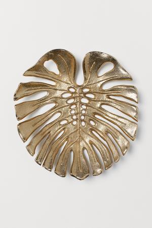 3. Bladformad metallbricka, 249 kronor på H&M Home.