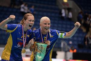 Kais Mora-duon Malin Andreason och Anna Wijk lyfter bucklan.Foto: IFF