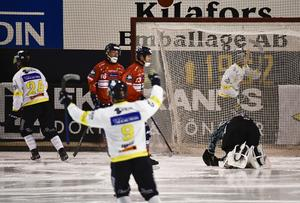 Mikael Pettersson firar sitt första elitseriemål den här säsongen. Foto: Ulf Palm