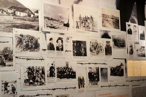 Både unga och gamla deporterades i tiotusentals när Sovjetunionen övertog Litauen, Lettland och Estland sommaren 1940. Här hedras offren på Folkmordsmuséet i Vilnius. Foto: Wiktor Nummelin / TT /