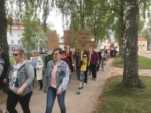 Ilska över sparkrav i skolan och känslan av att inte räcka till som lärare samlade åttiotalet personer till protestmarschen. Foto: Privat.