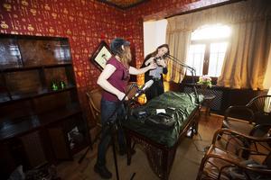 Katarina Lönnberg, till vänster i bild förbereder studion tillsammans med Sarah Jansson. De har köpt en del utrustning men även fått låna för att göra det möjligt att spela in podcasten.