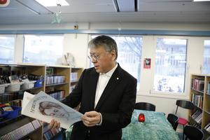 2017 års Nobelpristagare i litteratur Kazuo Ishiguro tittar på skolbarnens arbete om honom själv vid ett besök på biblioteket i Rinkeby.Foto: Christine Olsson / TT