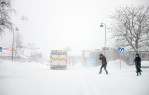 I centrala Matfors tog blåsten emot för gående.