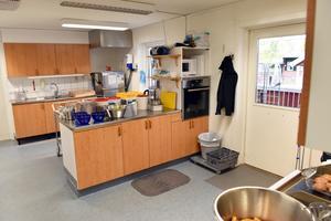 Personalen förstår att omfattande renoveringar av alla de utdömda köken i kommunen vore för kostsamt. De kan dock inte ta över ansvarsuppgifter när kommunen gör om köken till mottagningskök.