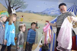 Invigning. Barnen på Dagsländan fick använda sitt nya cirkusrum direkt. När clownen Bulgo kom på besök fick de både klä ut sig och önska egna ballongdjur.
