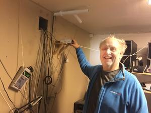 Många sladdar går ner i Lennart Larssons källare. Den lilla lådan i mitten, nära hans hand, är vital för att vidarebefordra uppgifter till hans datorer. Lådan nere till vänster handlar om en helt annan väderpassion – den detekterar norrsken.