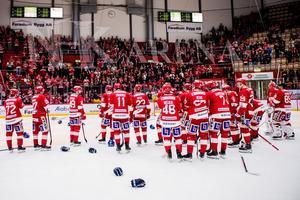 Timråspelarna tackade ett fortsatt välfyllt Västra stå en sista gång den här säsongen. Bild: Pär Olert/Bildbyrån