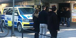 Polisen anländer till spelbutiken i Södertälje efter att den nu dömde Salabon lånat ut sin mobiltelefon och sagt åt rånoffret att ringa 112. Arkivbild: Länstidningen Södertälje.