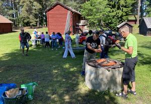 Rune Norén var grillmästare och bjöd på välgrillade korvar under avslutningen. Foto: Ulf Lindman