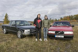 Felix Karlsson och Dennis Eriksson framför sina A-traktorer.