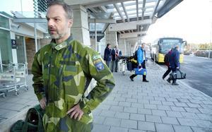 Anders Brännström på Frösö flygplats år 2004. Han bodde då i Östersund och var hemma på ledighet från sitt uppdrag i Kosovo.