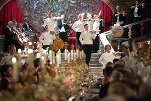 Desserten serverades alltmedan Svenska kammarorkestern spelade Drottningholmsmusiken på Nobelbanketten i tisdags. Foto: Jessica Gow / TT