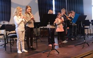Musiklekgruppen från Sammilsdalskolan, åk 2. Det är inte lätt när man knappt når över notstället men de spelade både Köp varm korv och Spanien. (Foto: Stina-Kari Axelsson)