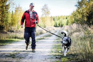 Tommy Åberg från Galven, Alfta, tränar med hunden Ecco.