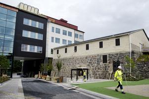 Nytt möter gammalt. Det gamla isförrådet står kvar intill den nya byggnaden, där all undervisning sker.