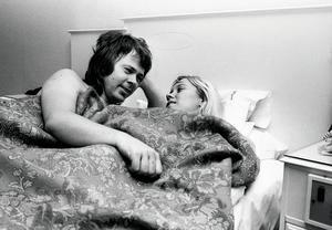 Efter segern i Brighton 1974 släpptes fotograferna ända in i sovrummet. Björn Ulvaeus och Agnetha Fältskog pustar ut på hotellet efter tävlingen.    Foto: Roger Tillberg