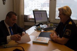 Trots bekymmer inom polisverksamheten hade  riksdagsledamoten Roger Haddad (L) och kommunpolisen Eva Lindberg ett givande samtal när de träffades i Norberg.