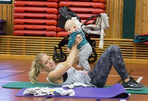 Maria Mårdh får jobba allt hårdare för att hålla dottern Lea glad ju längre passet lider.