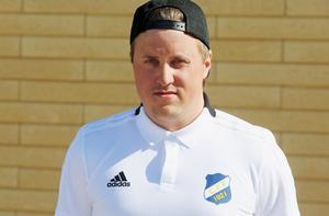 Mattias Larsson är klar för Östavall i division tre. Ett tungt avbräck för Lillhärdal som även får se lagkaptenen André Rydén gå till samma klubb.