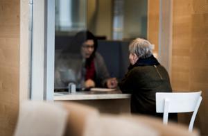Handläggare och asylsökande på Migrationsverket i Solna. Foto: Marcus Ericsson / TT