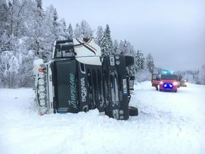Timmerbilen välte vid lunch. Dessbättre klarade sig chauffören Sven-Arne Sundin sig oskadd.