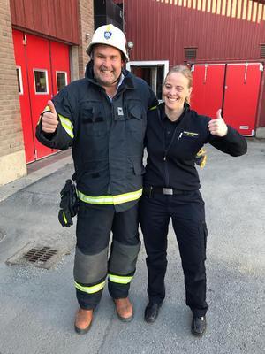 Marcus som brandman i Svenstavik. Kristina Henriksson gav tips om vad man ska tänka på vid grillning och annat. Foto: TV4.