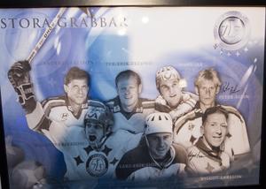 Sju Stora grabbar med Leksandströjor på: Anders Carlsson, Per-Erik Eklund, Hans Jax, Peter Åslin, Roland Eriksson, Lars-Erik Sjöberg och Vilgot Larsson.