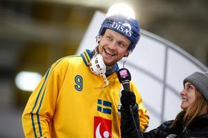 Johan  Löfstedt intervjuas av Bandypuls Jonna Igeland efter VM-matchen mot Norge.Bild: Rikard Bäckman / Bandypuls.se / TT