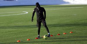 Ronald Mukiibi tränade på egen hand ute på konstgräset i slutet av träningspasset.