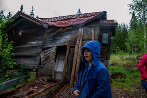 Garaget stod bredvid boden som Anders och Elin har rivit och även garaget fick sig en smäll av stormen. I garaget ligger också dasset. Familjen säger att det är som lustiga huset att sitta där.