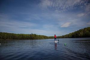 Vid en av kontrollerna fick man ta en  tur på paddelboard för att få poäng.Foto: Slava Druk/Leksands Foto.