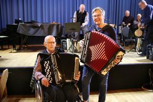I november firade Kumla spelmän 20 år. Åke Björk och Siv Rensmo har varit med från början. De träffas regelbundet på torsdagskvällar tillsammans med de andra i Kumla spelmän.