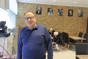 En totalrenovering har gjorts i restauranglokalen på Hamnviksvägen i Nynäshamn. Maten i Uthman Assalis restaurang är inspirerad av Medelhavet. Men på väggen hänger bilder av fem svenskar som har gjort avtryck i världen – Alfred Nobel, Astrid Lindgren, Olof Palme, Selma Lagerlöf och Lennart Nilsson.