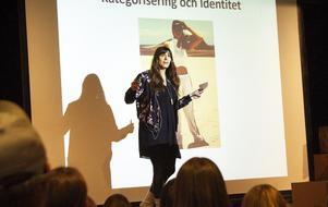 Leila Baksi pratade bland annat om vad som gör att människor söker sig till vissa sammanhang.