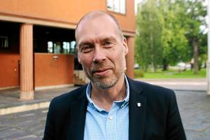 Mikael Carstensen vill att förskolelärare, lärare och rektorer prioriteras i årets kommunala löneförhandlingar. En rektor med slutförd utbildning bör från i år tjäna minst 48 500 i månaden, hävdar han.