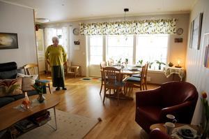 Köket, matplatsen och de båda vardagsrummen har inga dörrar, men trots att det är normal takhöjd får man en känsla av rymd. Foto: Sara Adelhult.
