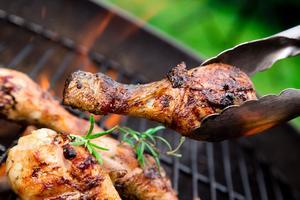 Till sommaren är det mycket mat som hamnar på grillen - även kyckling. Tiotusentals insjuknade av magsjukebakterien campylobacter  fjol. Foto: Shutterstock
