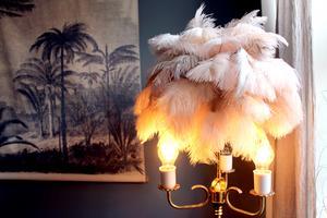 Petras lampa av 300 fjädrar som hon har satt fast en och en.