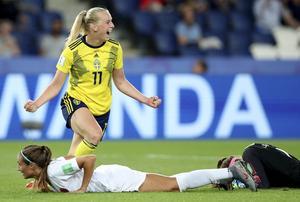 Stina Blackstenius jublar efter målet som tog Sverige vidare till kavartsfinal. Foto: Fransisco Seco/AP