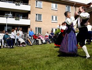 Tidigare kom folkdanslaget och dansade för pensionärerna på Hedbacka. Fotot är taget 2008.