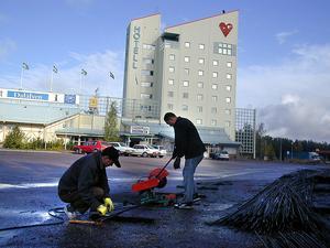 Bild: Katarina Lönnberg datum: 2004-09-21 Arbetet med att bygga om Check Point Dalälven till ett asiatiskt hotell har påbörjats.