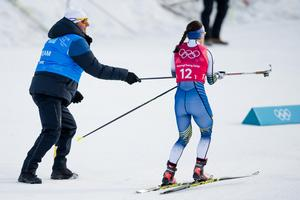 Charlotte Kalla får en ny stav efter kaoset vid växlingen. Bild: Petter Arvidson/Bildbyrån