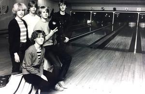 1983. Nu kan de här ungdomarna spela bowling i hallen vid Stora gatan ett helt år till. Från vänster Katarina Stigling, Lena Östman, Roger Appelfeldt, Erik Lindqvist och Patrik Hollman.