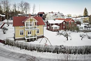 Hus med rymliga och ljusa rum med högt i tak och gamla fina detaljer. Har de senaste åren renoverats. Foto: Svensk Fastighetsförmedling, Leksand.
