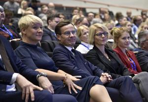 Vice partiordförande Anja Tenje, partiledare Ulf Kristersson (M) och Elisabeth Svantesson, ekonomisk-politisk talesperson, under Moderaternas partistämma i Västerås. Foto: TT