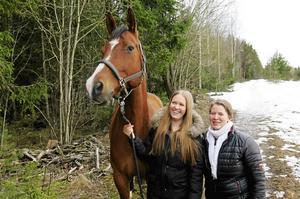 Dotter och mor, Moa Eriksson och Susanne Olovsson, har ett företag ihop. Fitted Ride designar och säljer ridbyxor, bland annat till gravida.